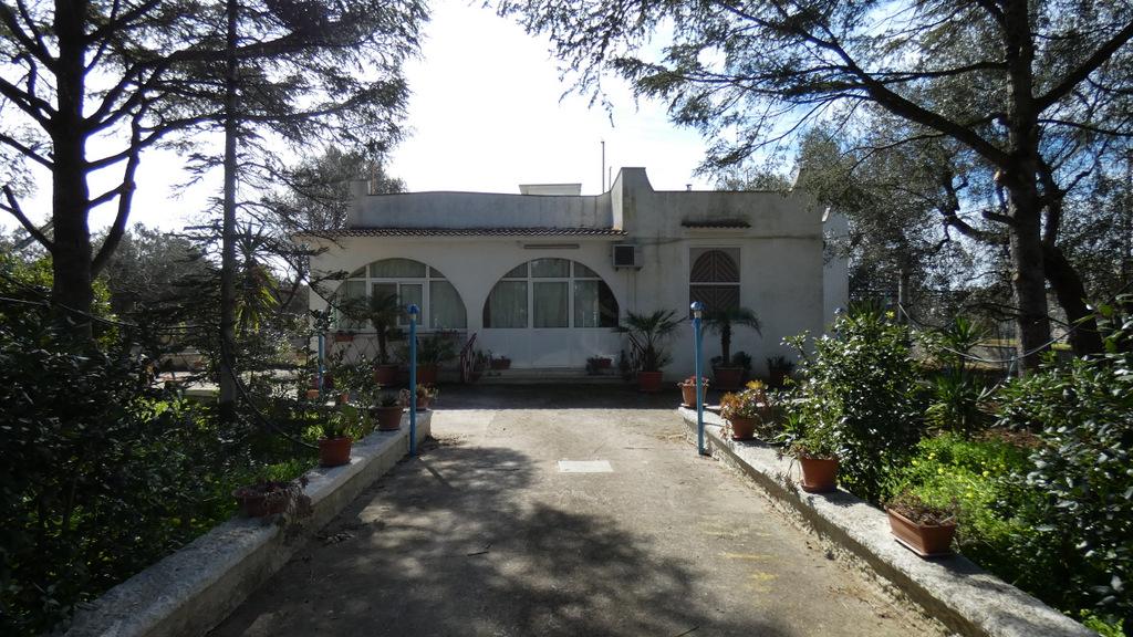 Villa con garage e terreno in vendita