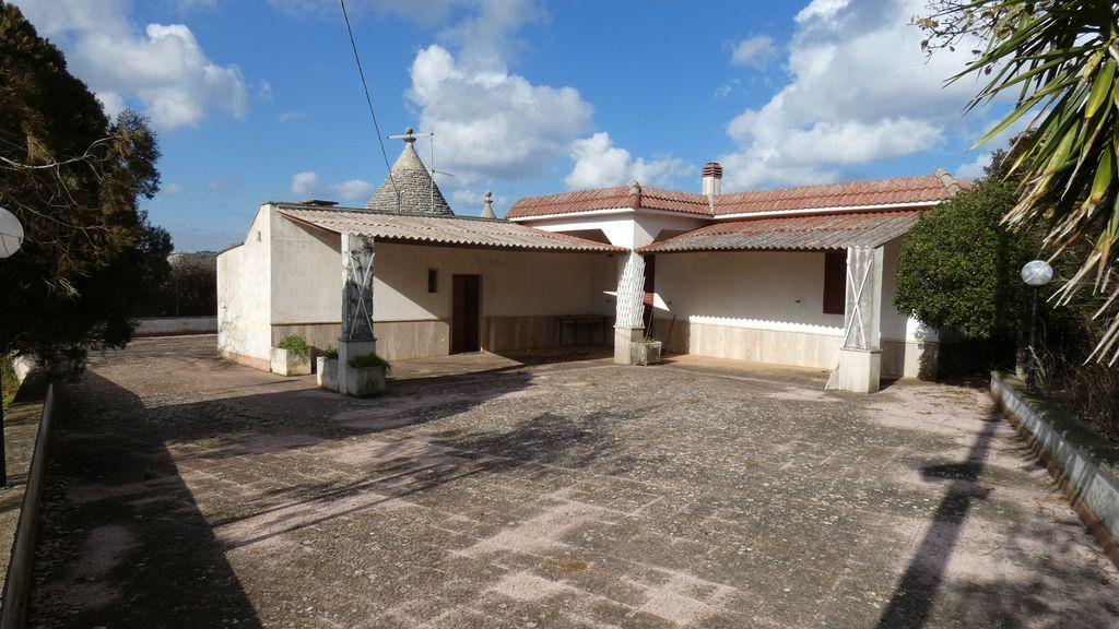Casa di campagna con trullo e terreno in vendita