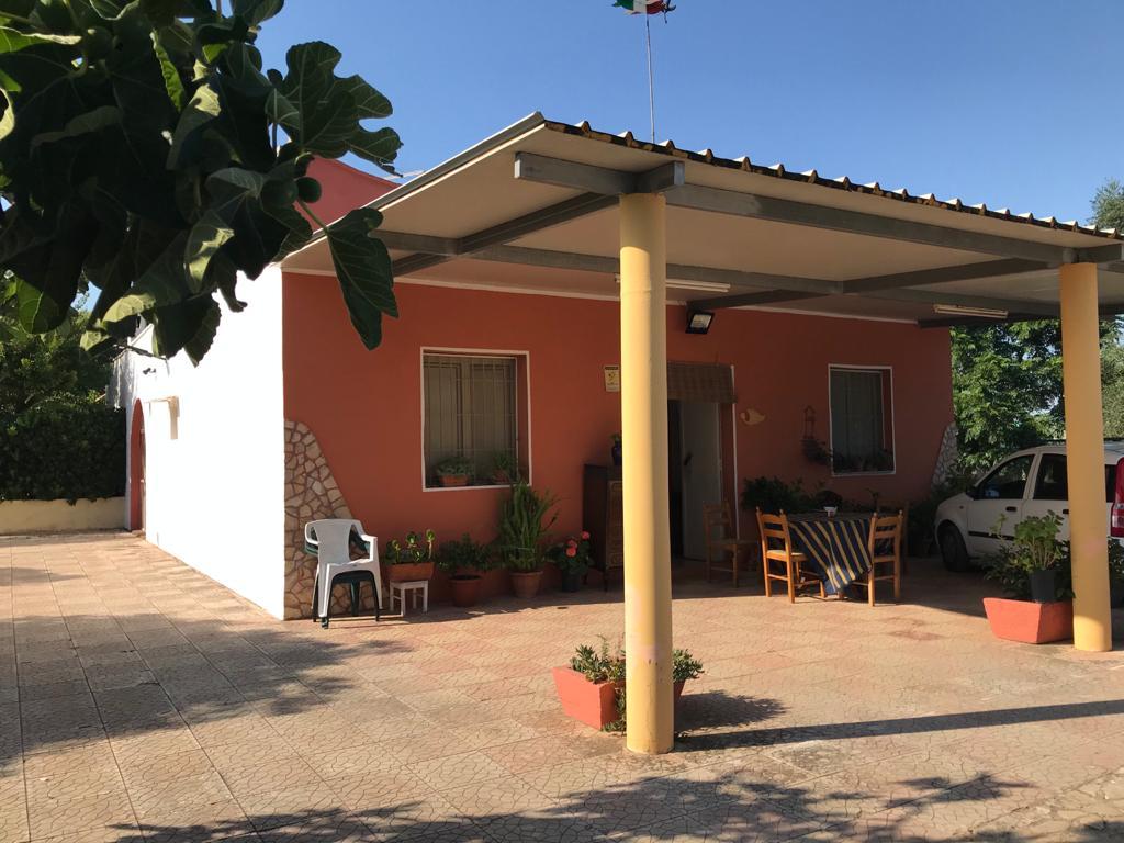 Villa vendita con giardino, uliveto e frutteto