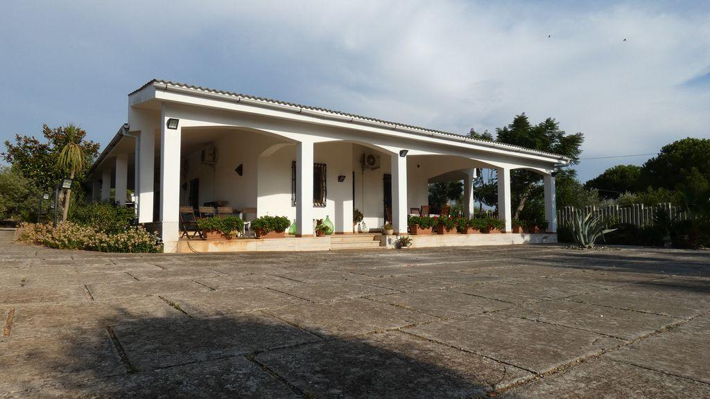 Villa con piscina e giardino in vendita